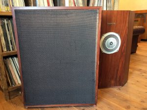 背面のサランネット付き仕切り板